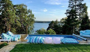 Idylliskt i skärgården med slående utsikt och pool