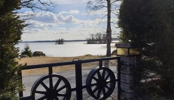 Fritidshus och gäststuga 35 meter från sjön Erken