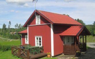 Nyrustat hus på bondgård