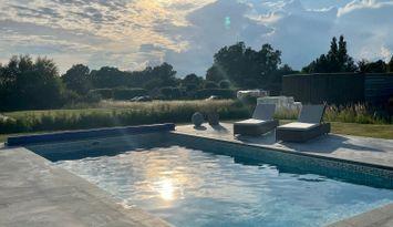 Nybyggd villa med pool nära havet