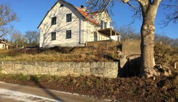 Nyrenoverad vacker villa på sjötomt i Mälaren