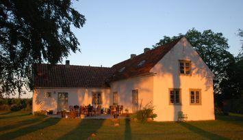 Gotlandshus från 1700-talet nära raukar och stand