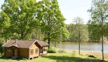 Timmerstuga vid sjö, bad & fiske