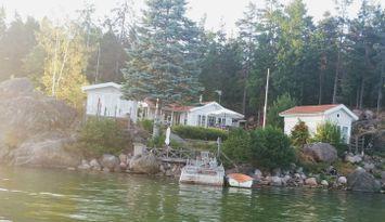Modernt skärgårdshus på sjötomt i Gryts skärgård