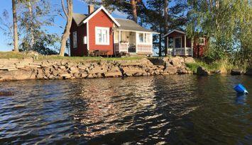 Liten stuga på liten ö. 360 grader sol och vatten.