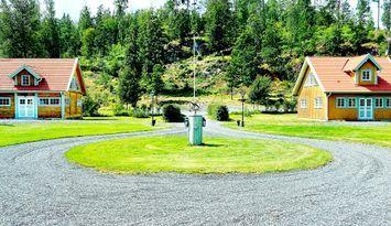 Två jättefina hus vid sjön Lillnömmen