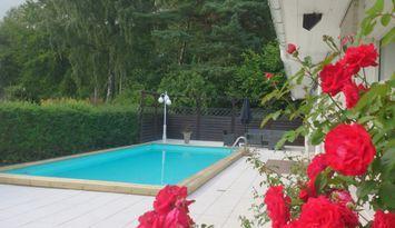 Semestervilla med swimmingpool vid Ringsjön
