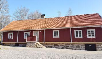Mangårdsbyggnad vid sjön Raslången