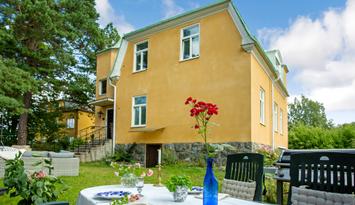 Charmigt sekelskifteshus med trädgård i Stockholm