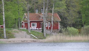 Cottage by lake Åsnen! Private beach.