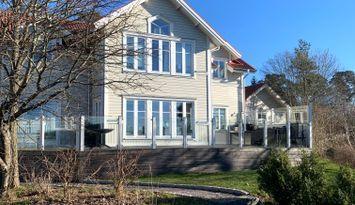 Rymlig villa med sjötomt i västerläge.