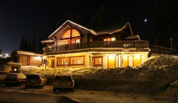 In Lindvallen´s piste, large exclusive loghouse!