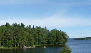 Sjöläge: liten stuga på egen udde, båt och kanot