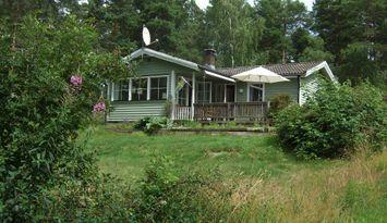 Holmsvik - stuga vid Mönsteråsviken roddbåt ingår