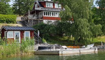 Bekvämt boende på ö med sjötomt och egen brygga