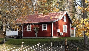 Idylliskt hus, med vedeldad bastu vid sjön