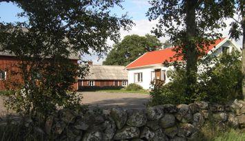 Gårdshus på landet nära kusten