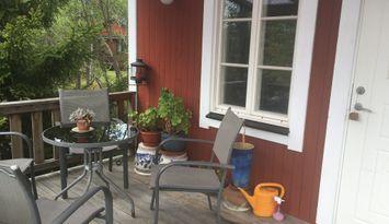Röd liten stuga i Roslagen