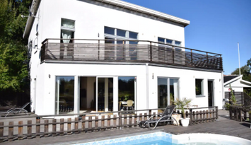 Fint hus vid vattnet - 220 kvm med pool