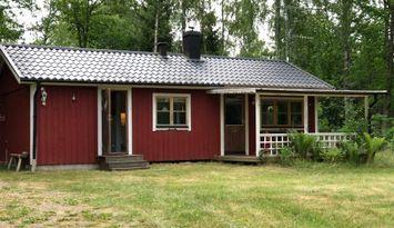 Stuga nära kratersjön Mien i Småland