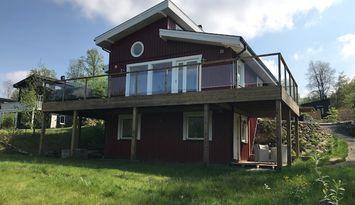 Modernt sommarhus vid sjön utöver det vanliga
