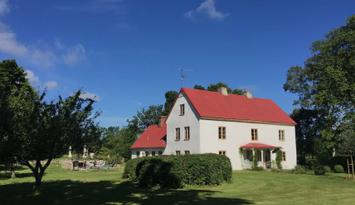 Gotländsk kalkstenhus, vackert beläget på sudret
