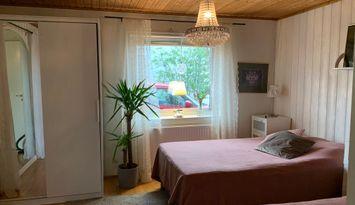 2-rumslägenhet med trädgård i lugnt villaområde