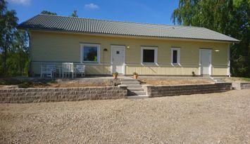 Nybyggt hus med egen brygga och bastu vid sjön