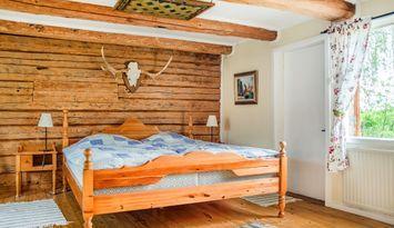 Mysig sjönära stuga för 4 i idyllisk omgivning