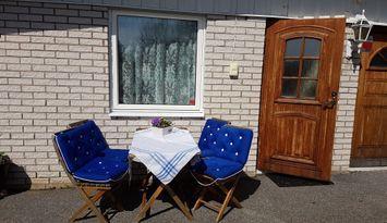 Terrass med utsikt plus rum med kokvrå och badrum.